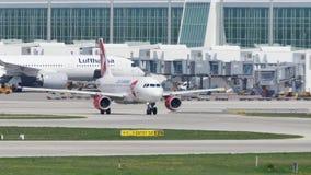 Τσεχικά αεροσκάφη αερογραμμών που μετακινούνται με ταξί στον αερολιμένα του Μόναχου, MUC φιλμ μικρού μήκους