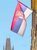 Τσεχική σημαία και παλαιός πύργος γεφυρών στην Πράγα Στοκ φωτογραφία με δικαίωμα ελεύθερης χρήσης