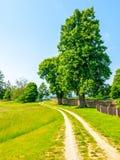 τσεχικό τοπίο αγροτικό Πράσινο φυλλώδες δέντρο εκτός από τη εθνική οδό Ειδυλλιακή θέση για να έχει ένα υπόλοιπο Στοκ φωτογραφία με δικαίωμα ελεύθερης χρήσης