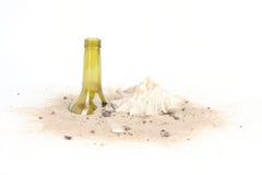 Τσιγάρα και μπουκάλι στις άμμους παραλιών στο άσπρο υπόβαθρο Στοκ Εικόνες