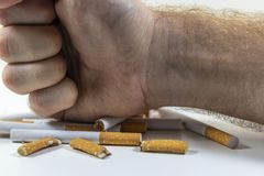 Τσιγάρα μιας χεριών συντριβής κοντά επάνω Στοκ Φωτογραφίες