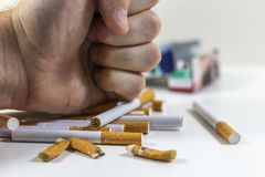 Τσιγάρα μιας χεριών συντριβής κοντά επάνω Στοκ φωτογραφία με δικαίωμα ελεύθερης χρήσης