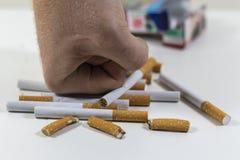 Τσιγάρα μιας χεριών συντριβής κοντά επάνω Στοκ εικόνες με δικαίωμα ελεύθερης χρήσης