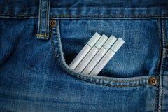 Τσιγάρα στην παλαιά μπλε τσέπη τζιν τζιν Στοκ Εικόνες