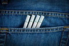 Τσιγάρα στην παλαιά μπλε τσέπη τζιν τζιν Στοκ φωτογραφίες με δικαίωμα ελεύθερης χρήσης