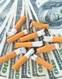 τσιγάρο ακρών που βάζει τα χρήματα στοκ φωτογραφίες με δικαίωμα ελεύθερης χρήσης