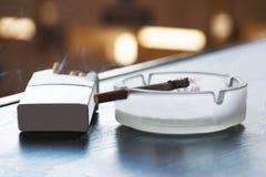 Τσιγάρο και ashtray Στοκ Φωτογραφίες