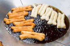 Τσιγαρίζοντας το ραβδί ψωμιού ή γνωστός γενικά όπως εσείς Tiao, μια δημοφιλής κινεζική λιχουδιά Στοκ φωτογραφίες με δικαίωμα ελεύθερης χρήσης