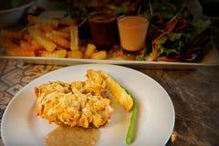 Τσιγαρισμένες μπριζόλες ψαριών με τις νιφάδες αμυγδάλων Στοκ Φωτογραφίες