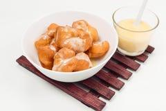 Τσιγαρισμένο ψωμί ραβδί ζύμης και γλυκαμένο συμπυκνωμένο γάλα Στοκ Εικόνες