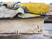 Τσιμέντο και αμίαντος υλικού κατασκευής σκεπής Στοκ φωτογραφία με δικαίωμα ελεύθερης χρήσης