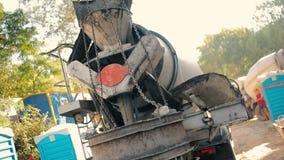 Τσιμέντο συγχωνεύσεων βαριών φορτηγών σε ένα καλάθι σιδήρου απόθεμα βίντεο