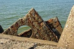 Τσιμεντένιοι ογκόλιθοι, μέρος του κυματοθραύστη στην παραλία της παλαιάς στρατιωτικής βάσης Karosta, Liepaja στοκ φωτογραφίες