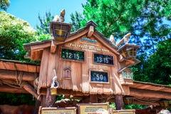 ΤΣΙΜΠΑ, ΙΑΠΩΝΙΑ: Σύστημα σηματοδότησης επικόλλησης ετικέτας Fastpass βουνών παφλασμών στη χώρα Critter, Τόκιο Disneyland στοκ εικόνες