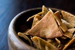 Τσιπ ή πρόχειρα φαγητά ψωμιού Pita σε ένα ξύλινο κύπελλο στοκ εικόνες