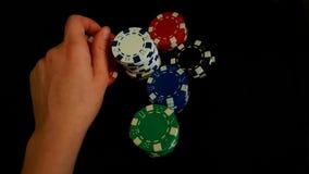 Τσιπ ενός χεριών εκμετάλλευσης παιχνιδιού στο μαύρο υπόβαθρο Στοκ Εικόνα