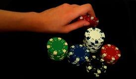 Τσιπ ενός χεριών εκμετάλλευσης παιχνιδιού στο μαύρο υπόβαθρο Στοκ φωτογραφία με δικαίωμα ελεύθερης χρήσης