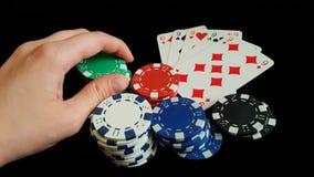 Τσιπ ενός χεριών Holdind παιχνιδιού σε ένα μαύρο υπόβαθρο Στοκ Εικόνα