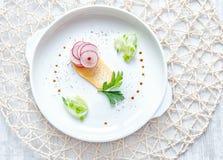 Τσιπ διατροφής της κράμβης και του ραδικιού με το αγγούρι, πράσινα κρεμμύδι και καρυκεύματα σε ένα άσπρο στρογγυλό πιάτο, τοπ άπο στοκ φωτογραφία με δικαίωμα ελεύθερης χρήσης
