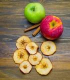Τσιπ και μήλα της Apple με τα ραβδιά κανέλας Στοκ φωτογραφία με δικαίωμα ελεύθερης χρήσης