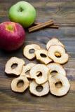 Τσιπ και μήλα της Apple με τα ραβδιά κανέλας Στοκ φωτογραφίες με δικαίωμα ελεύθερης χρήσης