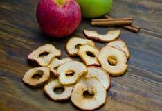 Τσιπ και μήλα της Apple με τα ραβδιά κανέλας Στοκ Εικόνες