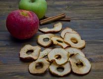 Τσιπ και μήλα της Apple με τα ραβδιά κανέλας Στοκ Φωτογραφίες