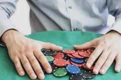 Τσιπ και χέρια πόκερ επάνω από τους Στοκ φωτογραφίες με δικαίωμα ελεύθερης χρήσης