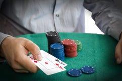 Τσιπ και χέρια πόκερ επάνω από τους Στοκ φωτογραφία με δικαίωμα ελεύθερης χρήσης