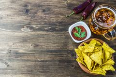 Τσιπ καλαμποκιού Nachos με το κλασικό salsa ντοματών Η φρέσκια κρύα μπύρα είναι τέλεια με τα αλμυρά πρόχειρα φαγητά Στοκ Εικόνα