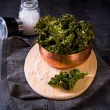 Τσιπ κατσαρού λάχανου Vegan με το άλας θάλασσας Στοκ Εικόνες
