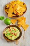 Τσιπ καλαμποκιού και guacamole στοκ φωτογραφία με δικαίωμα ελεύθερης χρήσης