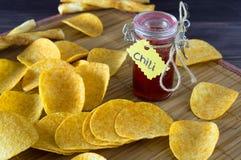 Τσιπ με την πικάντικη σάλτσα Στοκ εικόνα με δικαίωμα ελεύθερης χρήσης