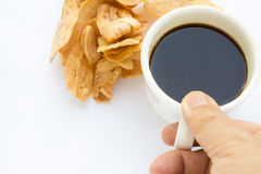 Τσιπ μπανανών και μαύρος καφές Στοκ Εικόνες