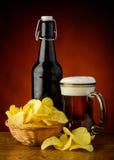 Τσιπ πατατών και μπύρα Στοκ Φωτογραφία