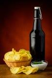 Τσιπ πατατών και μπύρα Στοκ Εικόνες