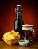 Τσιπ πατατών και μπύρα Στοκ φωτογραφίες με δικαίωμα ελεύθερης χρήσης