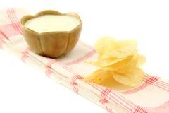 Τσιπ πατατών με τη σάλτσα κρέμας Στοκ Εικόνες