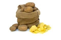 Τσιπ πατατών με τις ακατέργαστες πατάτες Στοκ Φωτογραφίες