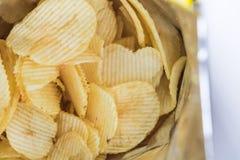 Τσιπ πατατών που συσκευάζονται στις έτοιμες για κατανάλωση τσάντες Στοκ Εικόνες