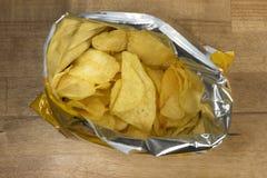 Τσιπ πατατών σε μια ανοικτή τσάντα Στοκ φωτογραφίες με δικαίωμα ελεύθερης χρήσης