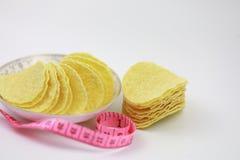 Τσιπ πατατών στα τσιπ πιάτων και πατατών Διατροφή, πάχυνση στοκ εικόνα