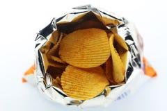 Τσιπ πατατών στην τσάντα στο άσπρο υπόβαθρο στοκ εικόνα με δικαίωμα ελεύθερης χρήσης