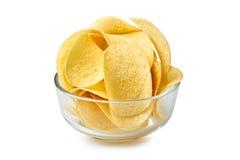 Τσιπ πατατών στο κύπελλο γυαλιού στο λευκό στοκ εικόνα με δικαίωμα ελεύθερης χρήσης
