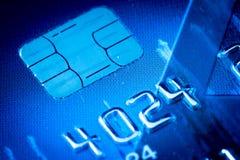 Τσιπ πιστωτικών καρτών στο μπλε στοκ εικόνες με δικαίωμα ελεύθερης χρήσης