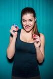 Τσιπ πόκερ εκμετάλλευσης νέων κοριτσιών στο μπλε υπόβαθρο Στοκ εικόνα με δικαίωμα ελεύθερης χρήσης