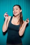 Τσιπ πόκερ εκμετάλλευσης νέων κοριτσιών στο μπλε υπόβαθρο Στοκ εικόνες με δικαίωμα ελεύθερης χρήσης