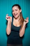 Τσιπ πόκερ εκμετάλλευσης νέων κοριτσιών στο μπλε υπόβαθρο Στοκ φωτογραφία με δικαίωμα ελεύθερης χρήσης