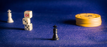 Τσιπ πόκερ και βασιλιάς σκακιού Στοκ Εικόνα