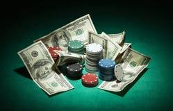 Τσιπ πόκερ και λογαριασμοί δολαρίων Στοκ φωτογραφία με δικαίωμα ελεύθερης χρήσης